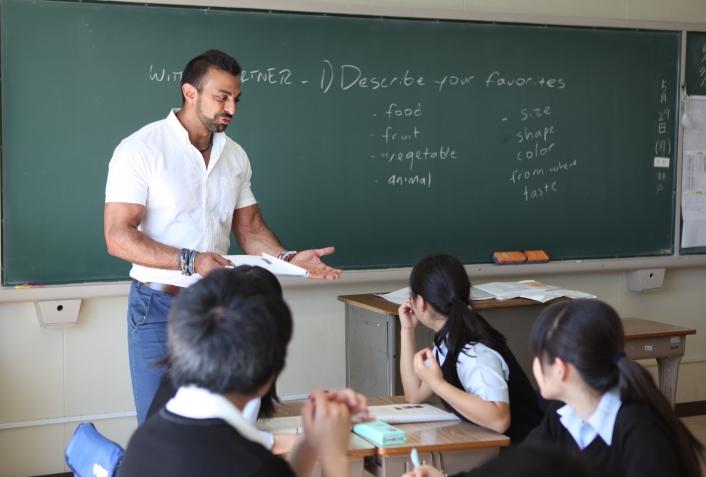 初等中等教育機関と神田外語学院の教育連携ー神田外語学院の外国人教員が新渡戸文化高校で英会話の授業を行っています