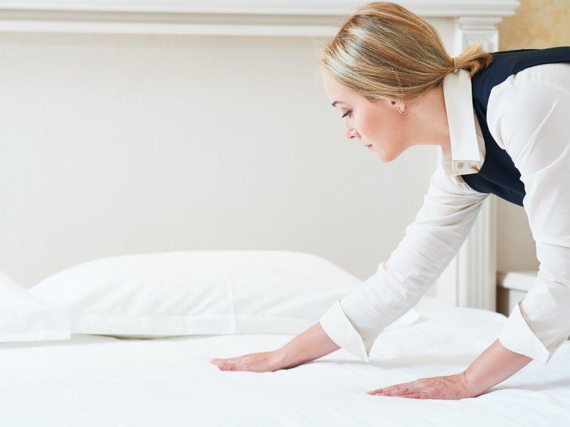 ホテル ベッドメイキング 清掃