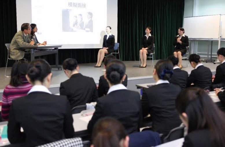 神田外語学院国際エアライン科とキャリア教育センターの教員による模擬面接の様子