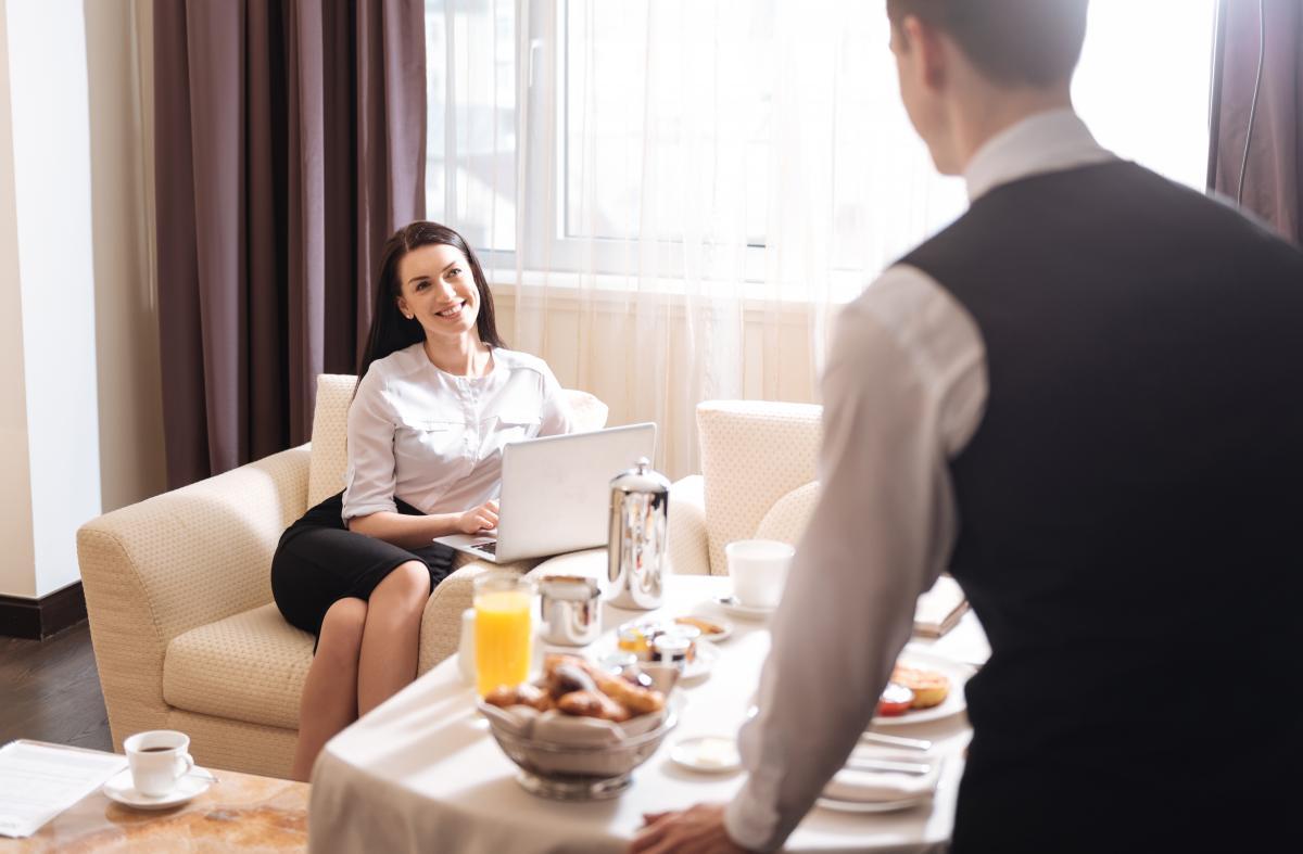 ホテル 仕事内容 ルームサービス
